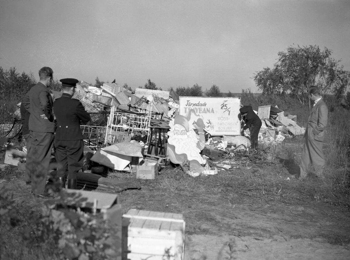 Under 1930-talets sista år uppmanar myndigheterna till vindsröjningar som en beredskapsåtgärd.