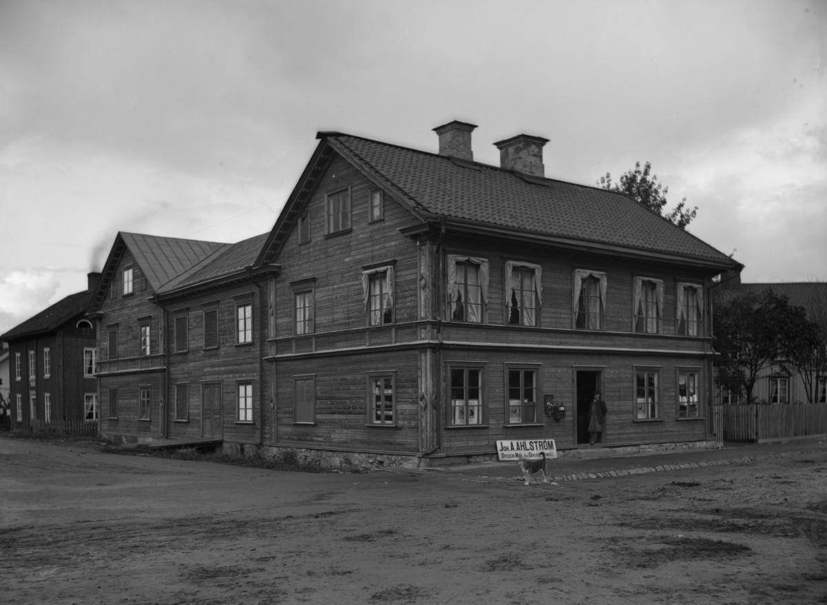 J A Ahlströms diversehandel i hörnet Nygatan-Östra Kanalgatan. Bilden tagen ca år 1890.