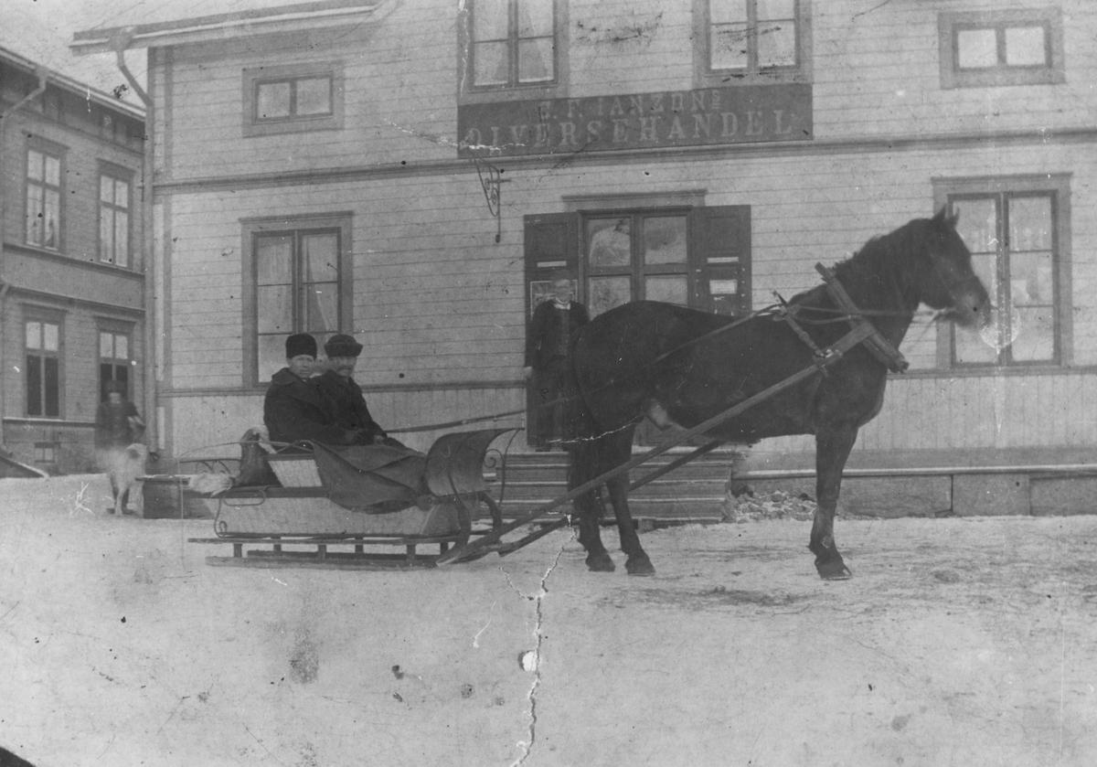 Utanför Fredrik Janssons affär i Hybo omkr. 1905. I släden fr.v. Johannes- Anders, Gryttjesbo och Per Frid d.ä. Tjärnelund.