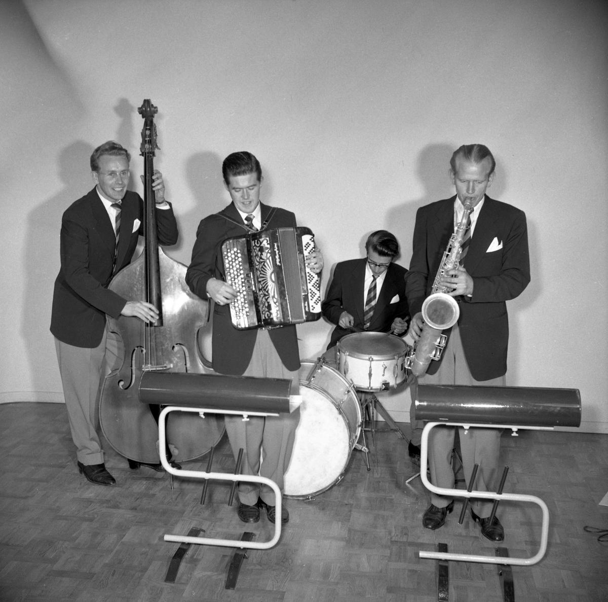 Okänt musikkapell framför fotografen den 21 september 1954. På negativkuvertet står herr Jerrefalk som beställare.