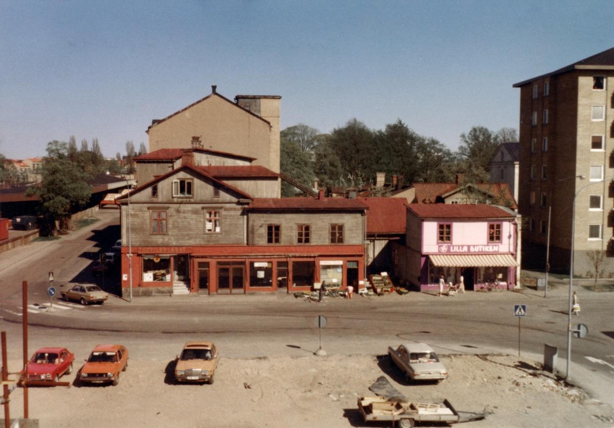 Tomtnumret kan stämmas av mot kartan på bild KARLSTAD530: Rosenbad 1 den 16 maj 1980.