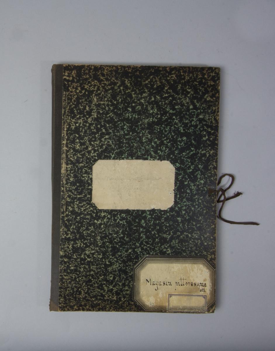 Portfölj av marmorerad papp. Sammanhållen med knytband. Rygg av svart linne. Innehåller enbart flera exemplar av Svenska Dagbladet från 1914.