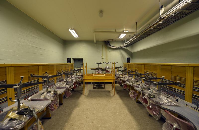 Innvending bilde av Åsen nødsentral. Bunker med kontorstoler og skrivepult. (Foto/Photo)