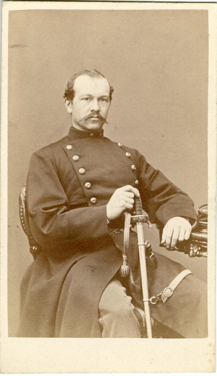 Porträtt av Anders Göran Bror Birger Påhlman, underlöjtnant vid Kronobergs regemente I 11. Se även bild AMA.0008251.