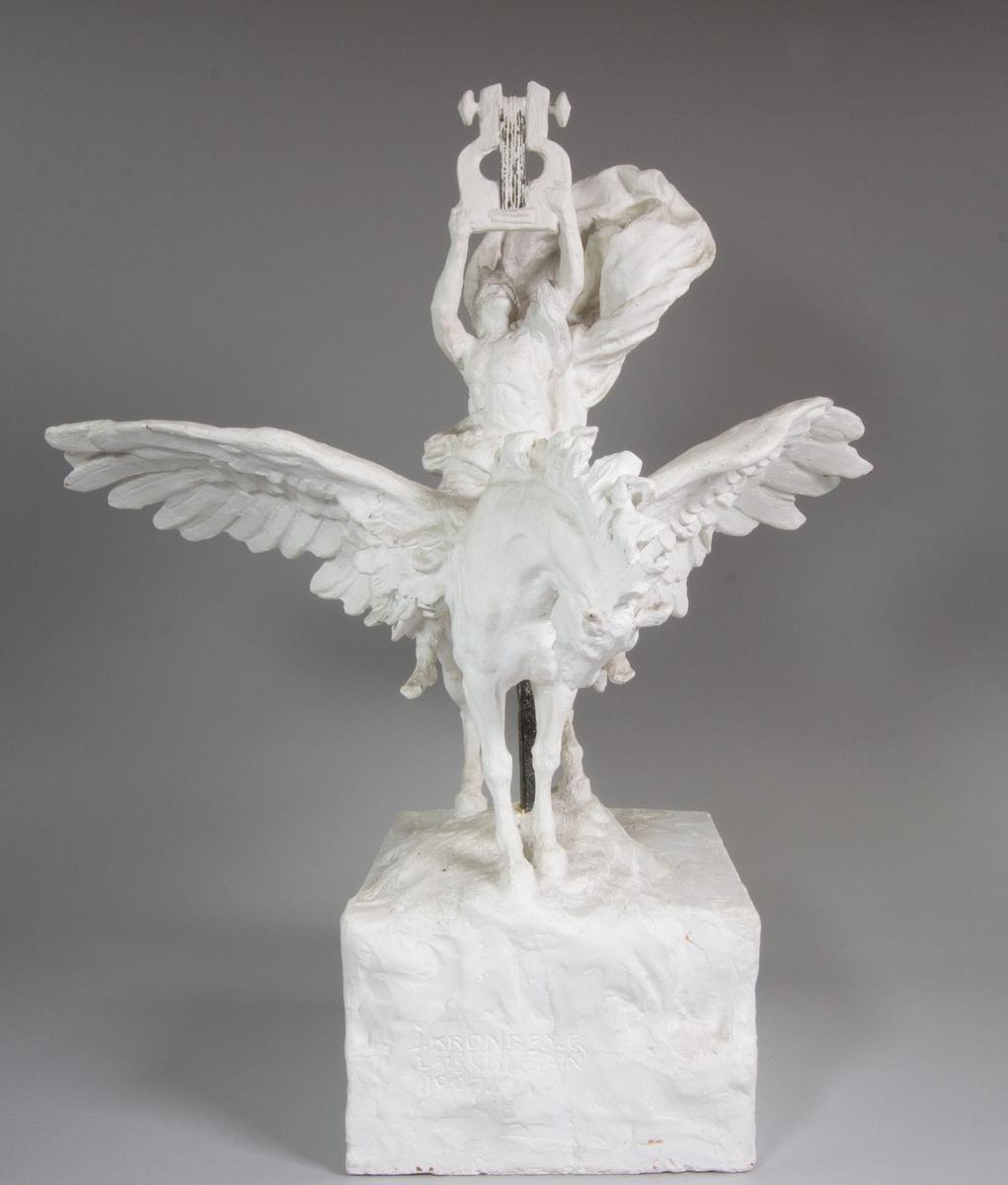Studie föreställande Apollo i helfigur sittande på sin bevingade häst Pegasus. Hästen står på en klippformation. Apollo håller i sina uppsträckta händer en lyra och bakom honom en molnformation.