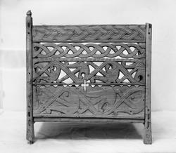 Ullkorg eller kardskäppa av trä med skurna ornament i fornno