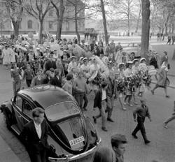 Studenterna, tredje d. 1960. Studenterna m.fl. tågar längs