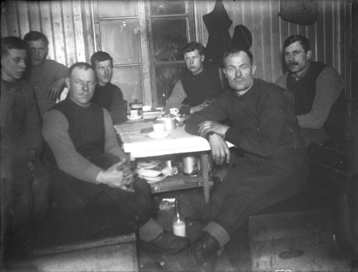 Män vid kaffebordet.