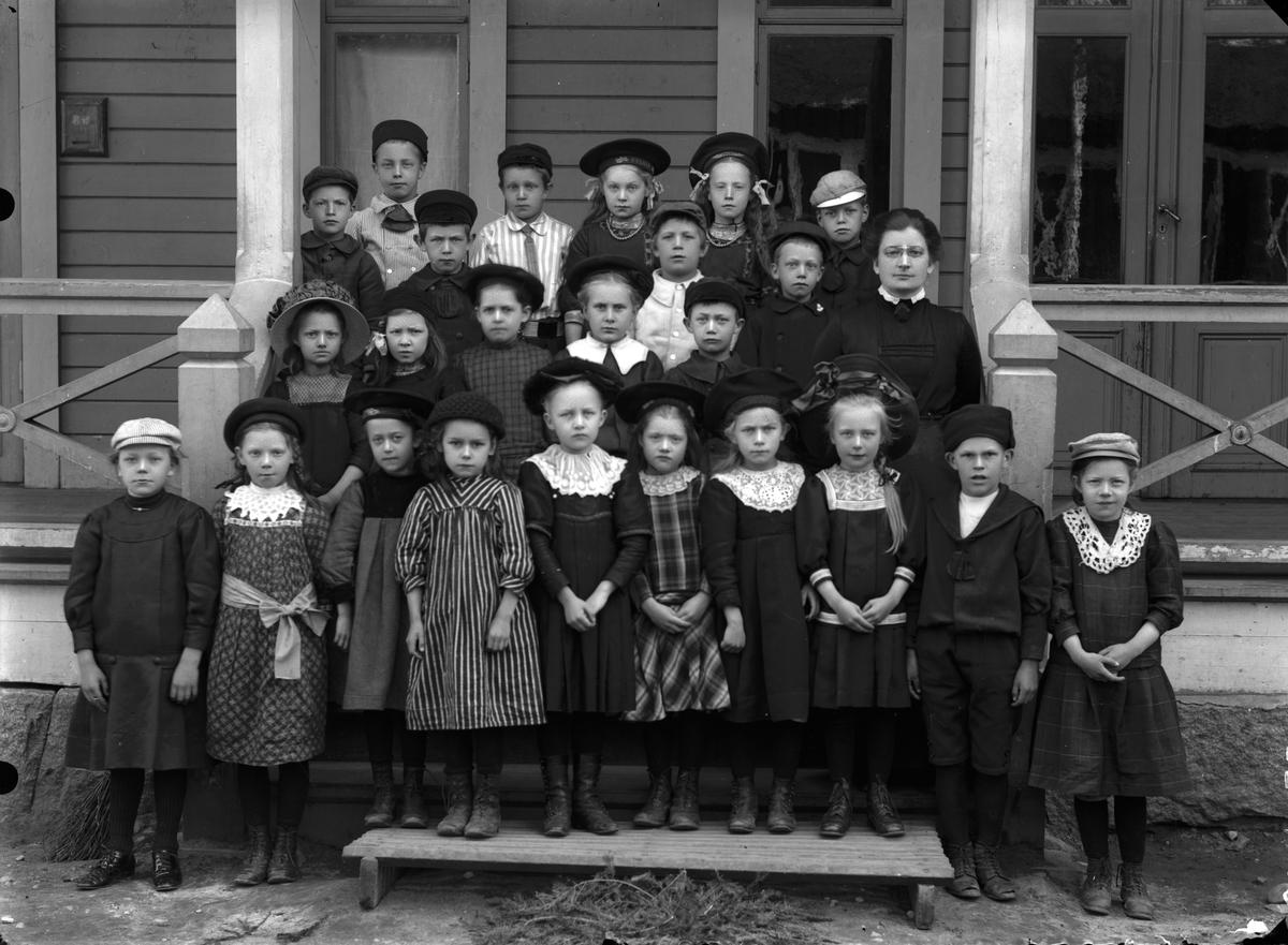 Lärarinna med en skolklass, folkskolan i Norrsundet.