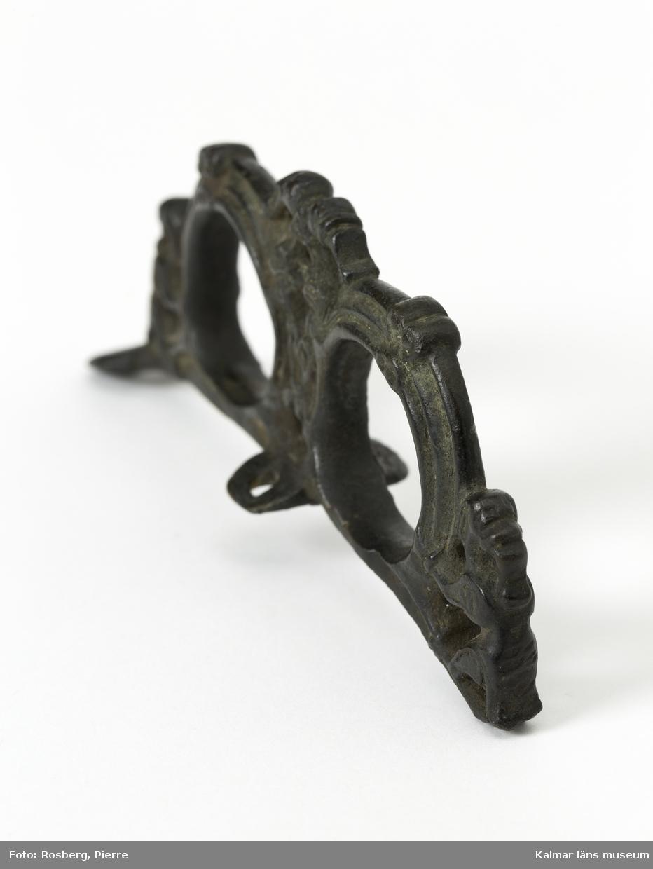 KLM 2617 Selbeslag, selbågsbeslag, av brons. Selbågskrön i genombrutet arbete med djurornamentik. Datering, folkvandringstid, 800-talets mitt eller något tidigare.