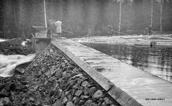 Øygardsdammen i elva Rinda, fotografert under damslippet vår