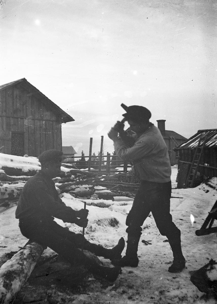 Två män hugger i sten