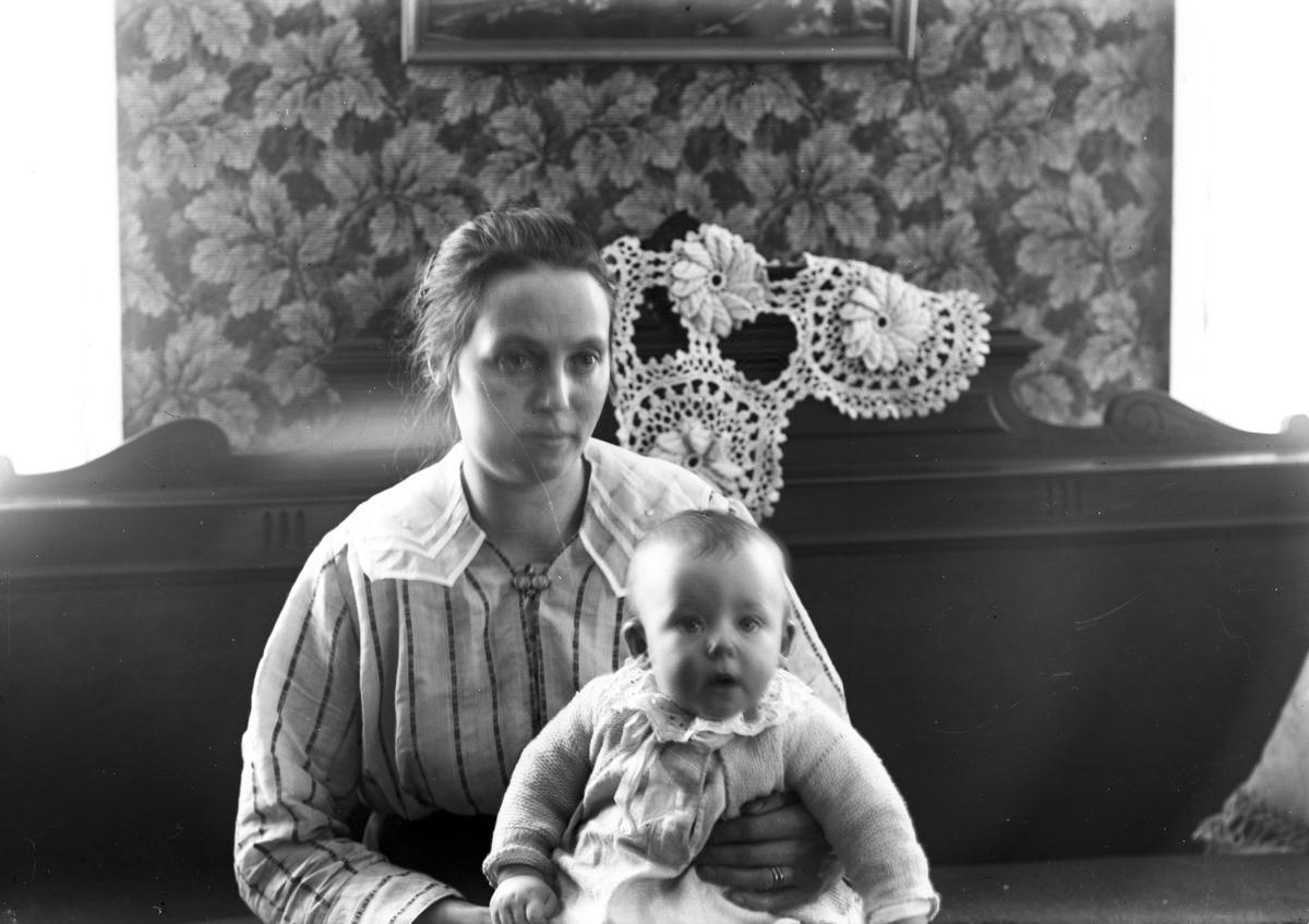 Josefs fru Olivia och sonen Rolf Eriksson