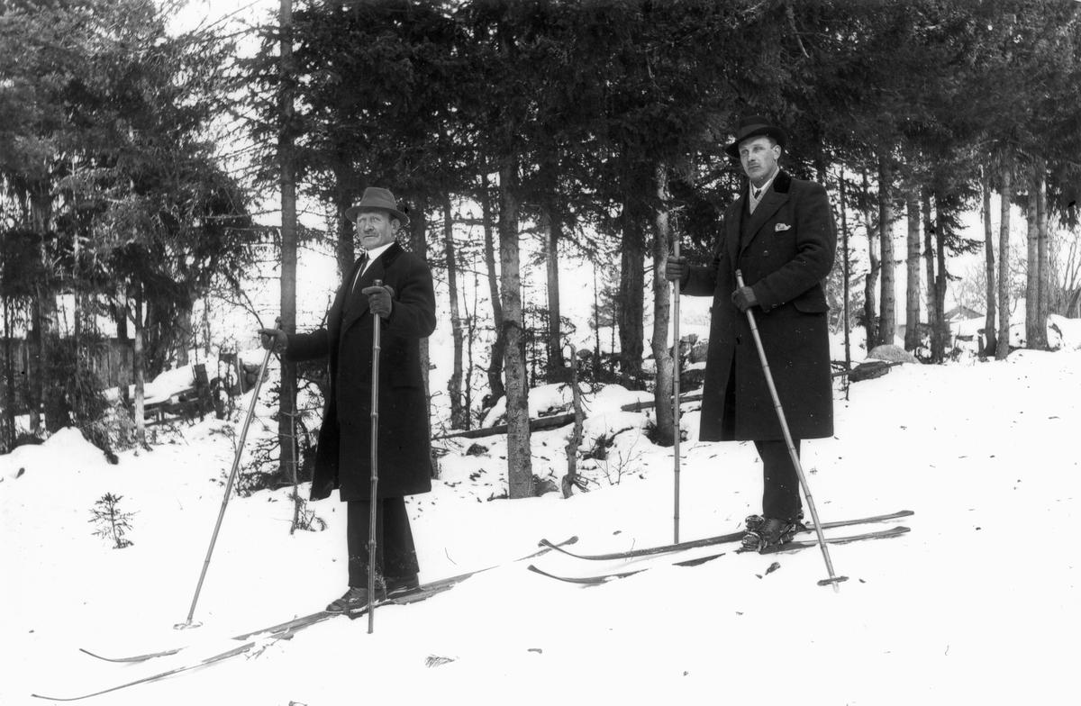 Från vänster Olle Styf och Tuna-Johansson (stenhuggare vid brobygget).