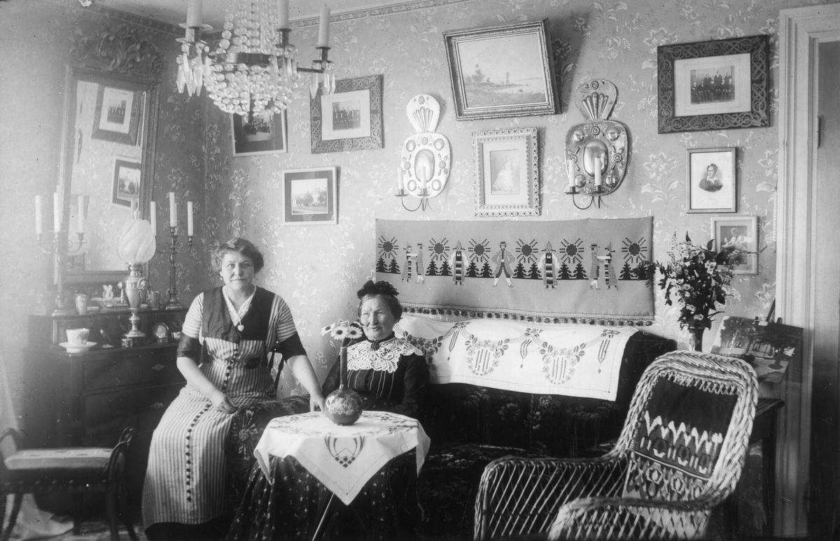 Interiörbild från Thorséns gård i Lenninge, Anna Thorsén och fru Norelius. Se även C 87-2809, 2810.