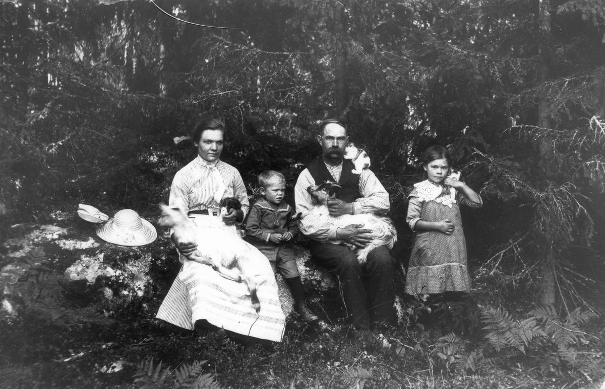 Fäll-Abrahams familj. Från vänster: Selma, Erling, Abraham och Anna, alla med efternamnet Jonsson.