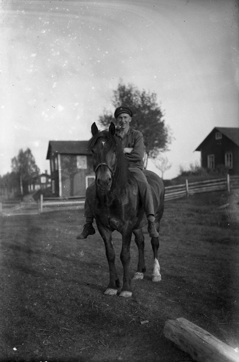 Mannen på hästen är okänd.
