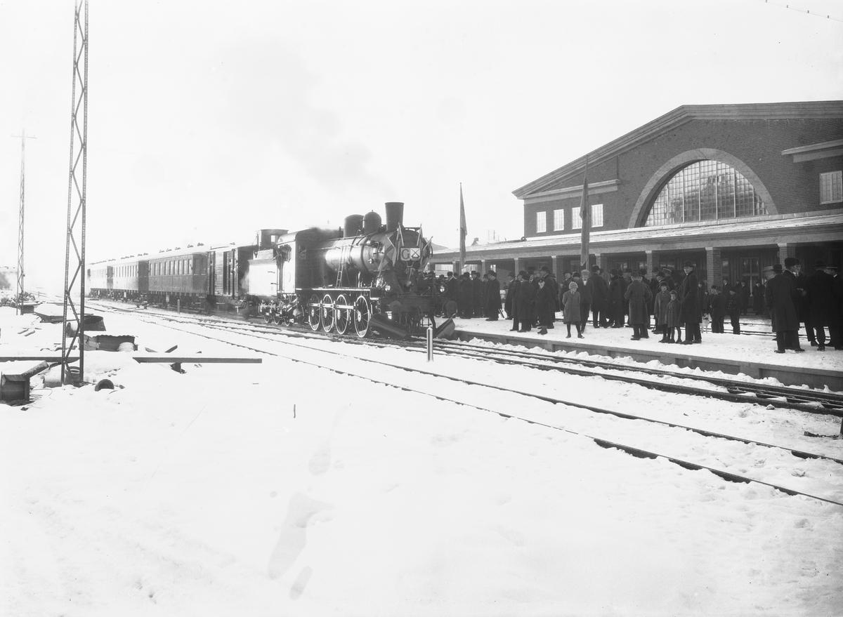 Ostkustbanans öppnande. Södra stationen byggdes 1926 för Ostkustbanan och Uppslalabanan med huvudentrén vänd mot Brunnsgatan.