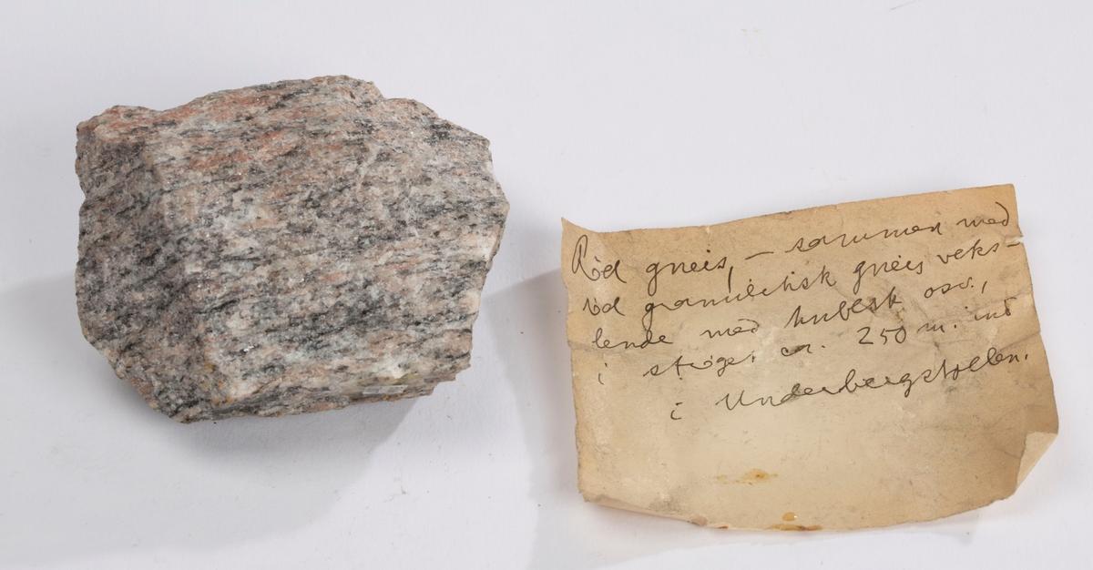 To lapper i eske: Etikett 1: Rød gneis, - sammen med vid granittisk gneis vekslende med ??? osv., i strøget ca. 200 m. ind i Underbergstollen. Etikett 2:  19