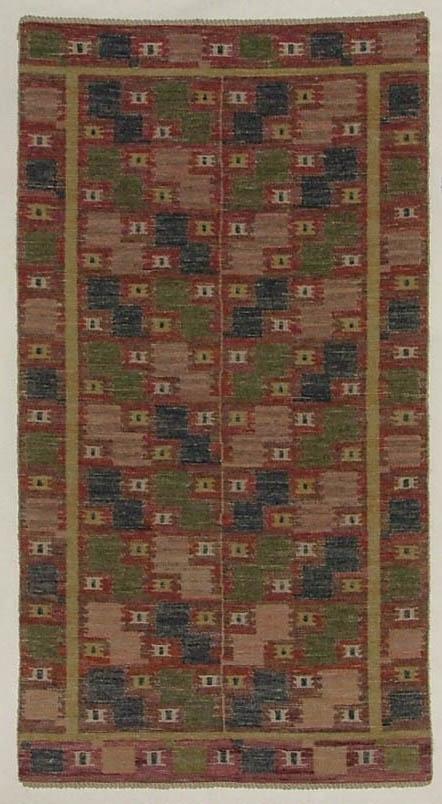 """Duk, inplockat mönster, 131 x 69. """"Röda Lövendal"""". Röllakan H V - teknik. Varp och väft vitt lingarn. Mönsterformerna i mycket nyanserat rött, i blekrött, blått och grönt. Före 1928. Pris 65:-. Äldre katalogisering av Elisabeth Thorman (enl. uppgift).  Längd: 131 cm          Bredd: 96 cm Varp: 4 tr/cm            Inslag: ca 6/cm Varp grågult, oblekt lingarn, inslag vitt och grågult, oblekt lingarn, mörkblått, blågrått, blårött, rödblått, mörkt rödblått, ljust gulrött, gröngult, gröngrått, grönt, gulgrönt, gult, rött, ljusrött, grått, rödgrått och ljusbrunt ullgarn, troligen 1 tr, inplock på linnebotten, MMF-teknik. Mittpartiet kvadrater i olika nyanser rött, blått och grönt som är placerade i viggform, inuti en del kvadrater mindre kvadrater i gult eller grågult, oblekt med en blå rektangel i mitten, mittpartiet delas på mitten av en melerad grågul, oblekt/gul rand, runt omkring mittpartiet en fyrkantig bård i gult, ytterst en fyrkantig bård med kvadrater i ljust gulrött, grönt, gulgrönt och mörkblått, däremellan mindre kvadrater i gulgrått, oblekt eller gult med en rektangel i mörkblått i mitten, botten i olika nyanser rött. Vävnaden avslutas med s.k. orientalisk fläta.  Ett ca 10,5 cm brett vitt tygstycke i tuskaft, bomull, fastsydd på avigsidan längs ena kortsidan s.k. kanal.  Komponerad av Märta Måås-Fjetterström troligen 1928.  Se Lundgren: Märta Måås-Fjetterström och vävverkstaden i Båstad, 1968, sid 112.  Ulla-Britta Sandström april 1980  Foto Nordiska museet: 386. U.az. (se katalogkort)."""