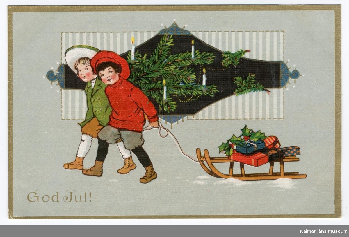 Två pojkar går bredvid varandra, på marken syns fläckar av snö. Den ena pojken är klädd i grön och vit mössa, grön jacka, bruna knäbyxor, vita strumpor och bruna skor. Bredvid honom, närmast betraktaren, går en pojke klädd i röd mössa, röd tröja, grå knäbyxor, svarta strumpor och bruna skor. Han drar en kälke med julklappar efter sig. Bakom pojkarna ses grankvistar med tända ljus.
