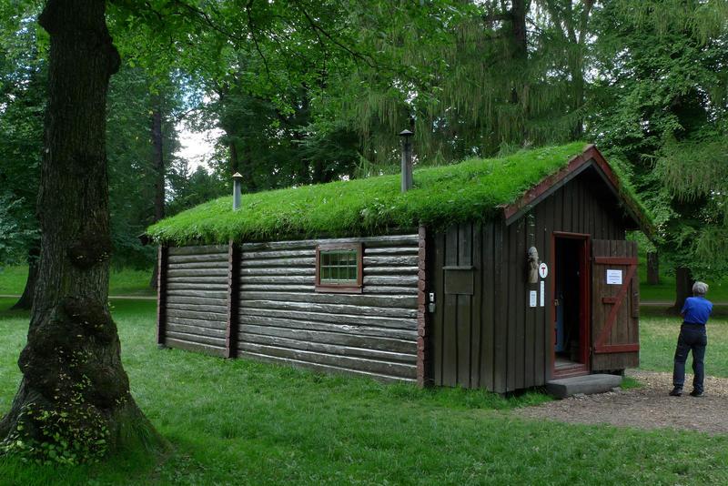 DNT-hytta Hovinkoia fra Holleia gjenreist i Slottsparken sommeren 2016.