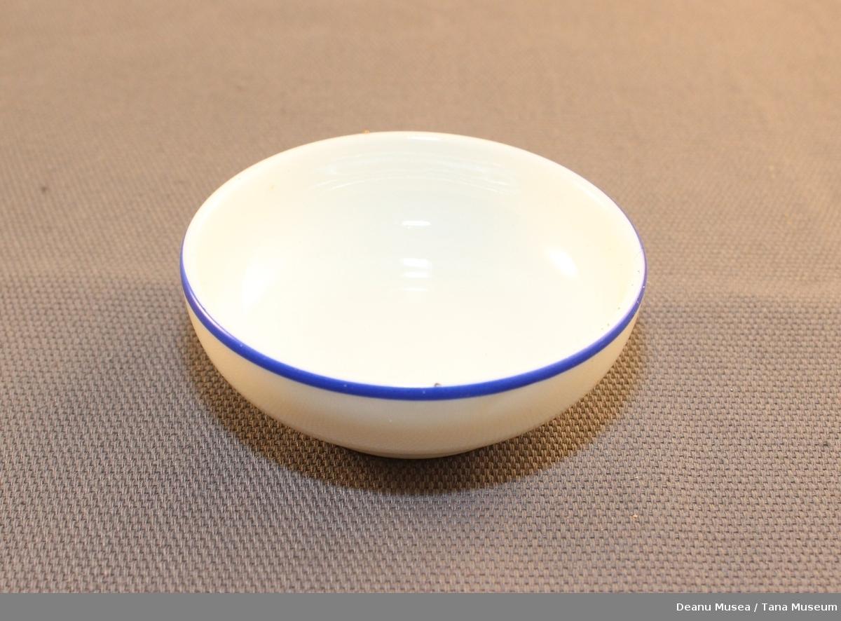 4 stk hvite serveringsskåler med blå stripe langs øvre kant.