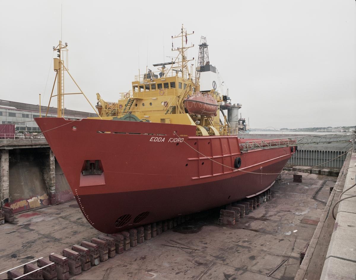 "H.M.V.  Supplybåten ""Edda Fjord"" i tørrdokk."