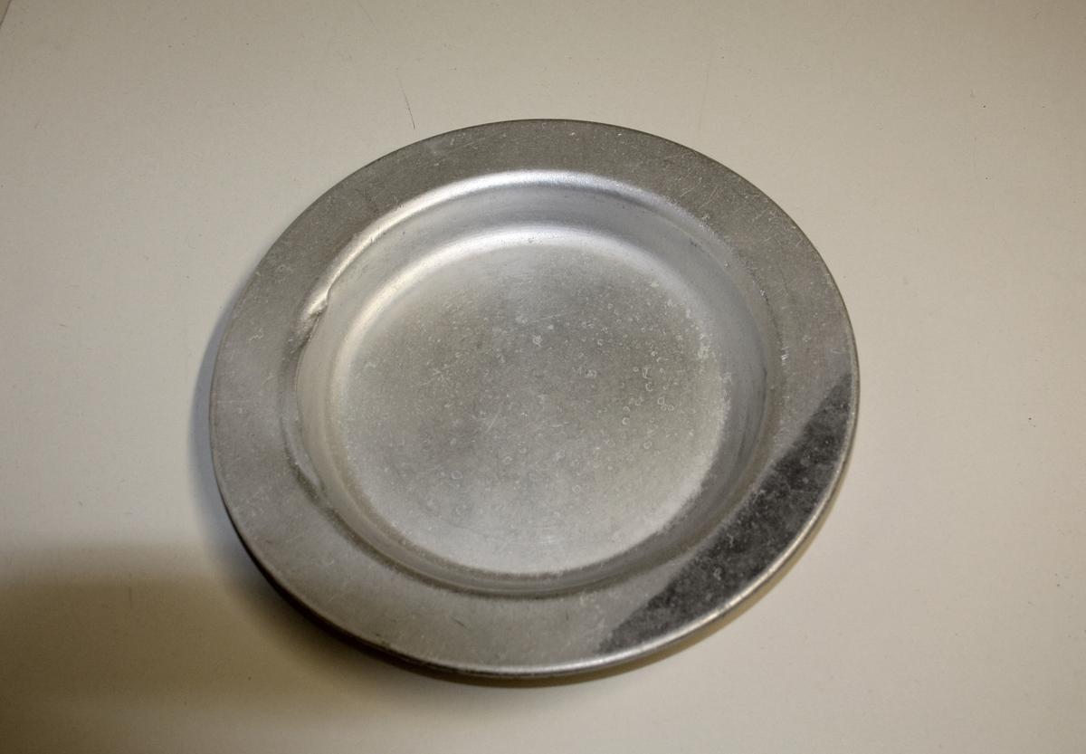 Form: 3 stk runde lave tallerker.