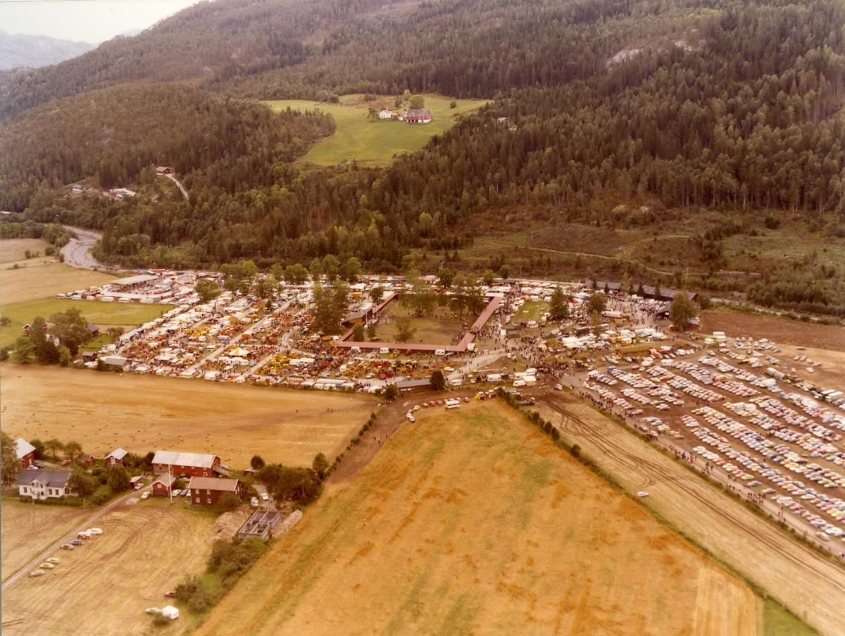 Dyrskuplassen om lag 1980 med Glosimot i bakgrunnen.
