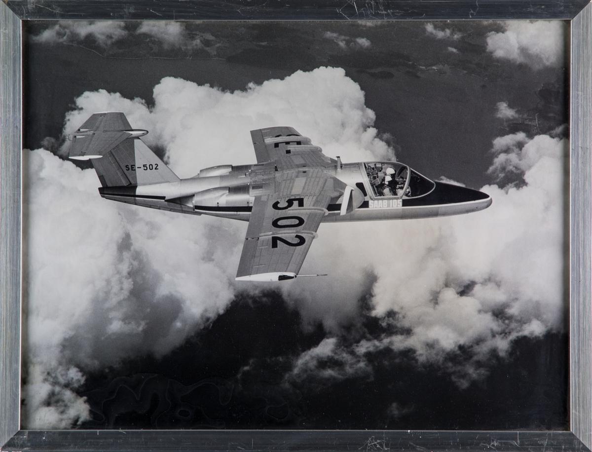 Civilregistrerat flygplan SAAB 105 SE-502 i luften.