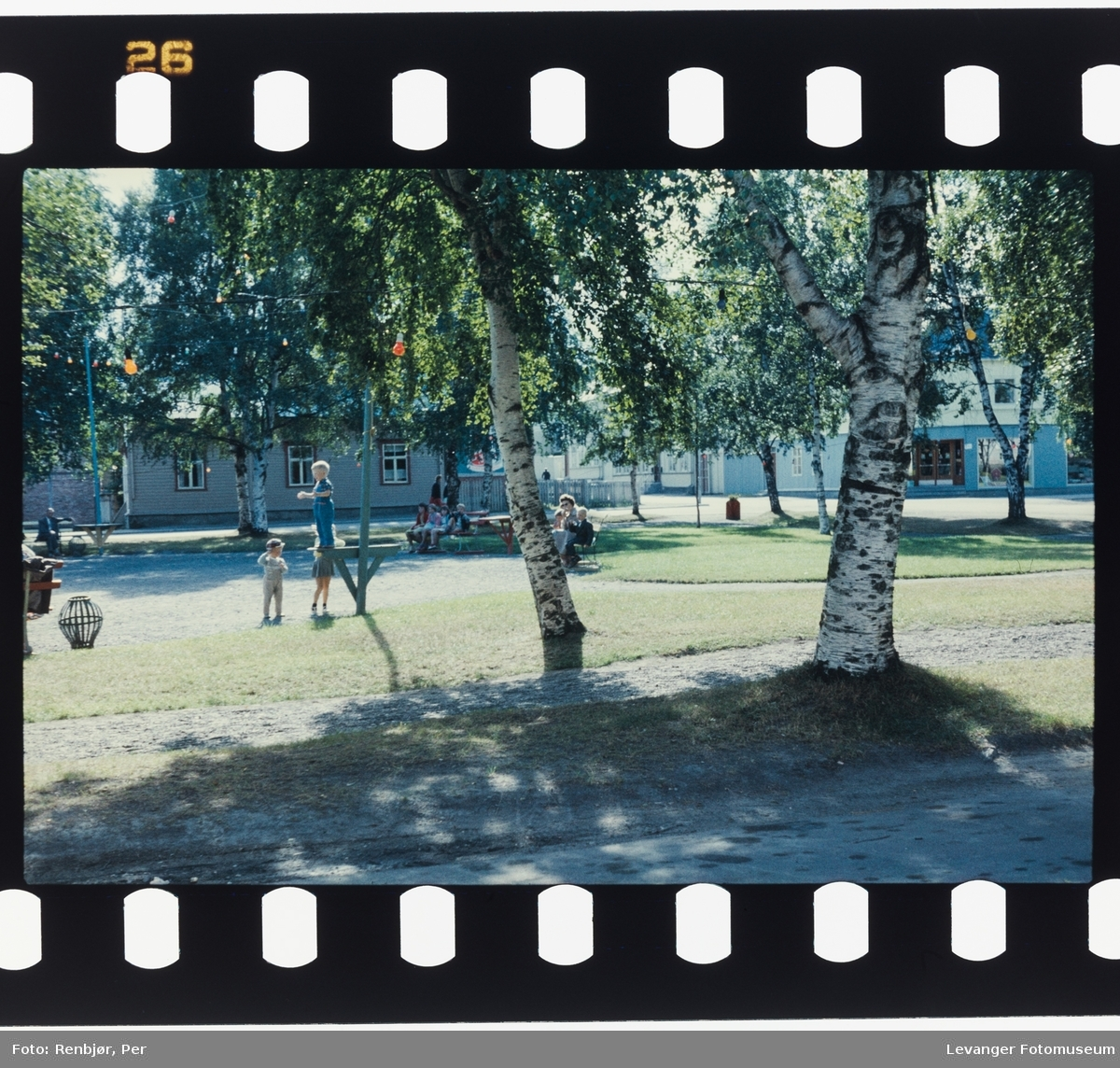 Barn leker i parken.