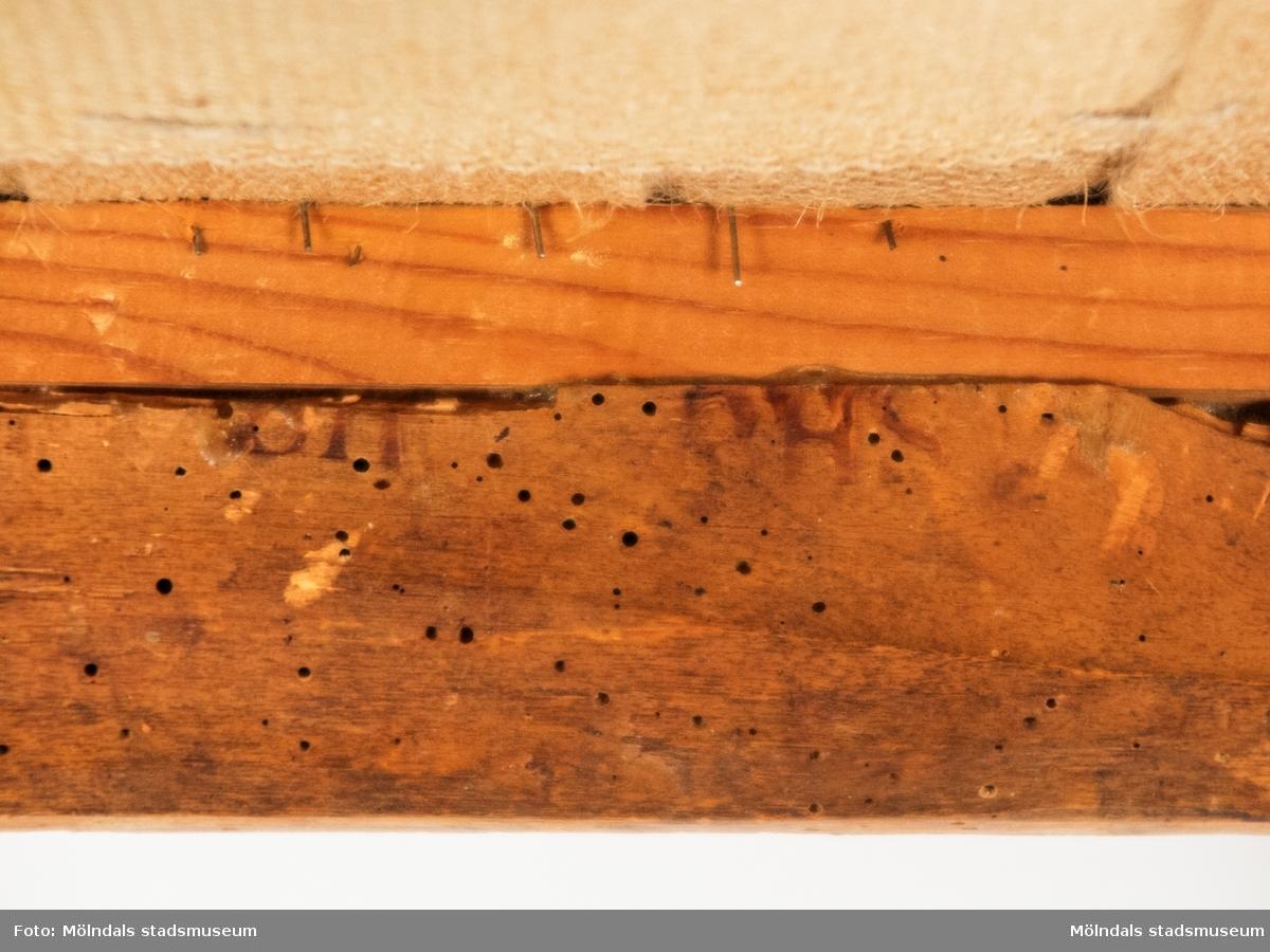 Stol, polerad björk, rektangulär öppen rygg med ryggbricka i form av lyra. Sabelformade framben. Fast stoppad sits.Signerad på baksargens insida BHS (=Bengt Helgesson, Kimmersbo 1, Lindome, f. 1788, d. 1839).Stolen är tillverkad på 1820-30-talet.Vid 1800-talets början är lyran ett populärt dekorelement som används i möbelformgivning.