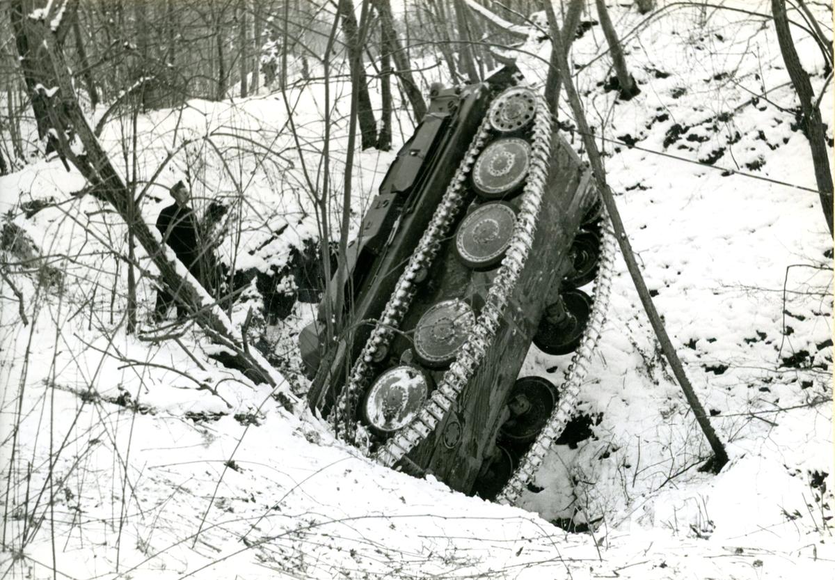 Pansarbandvagn 301, A 6. Dikeskörning, vinter. Fiskarhemmet.