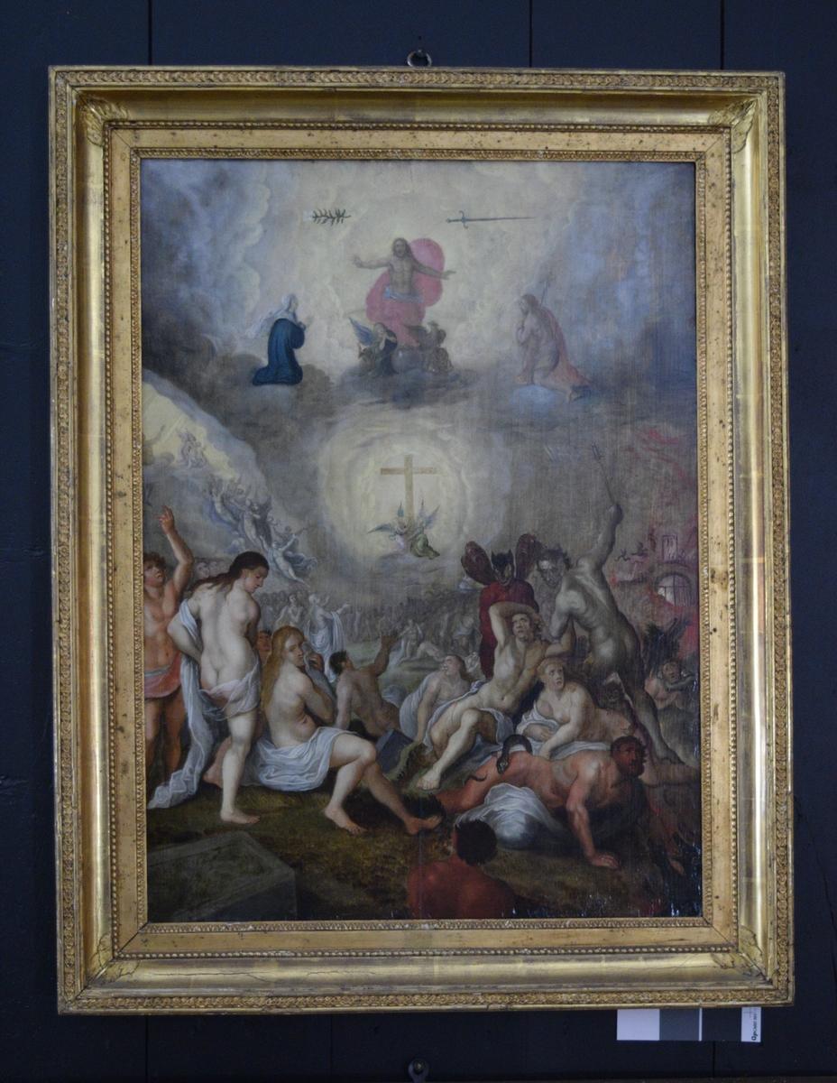"""Gul/grå bunn i form av skyer. Øverst Gud(?) i rosa draperi flankert av svevende blomst til venstre og svevende sverd til høyre. Ved hans føtter evangeliesymboler ved en kule (jordkloden?): okse, menneske, ørn, løve. Oppe til venstre Jomfru Maria og oppe til høyre kristus (?). I midten kors """"INRI"""" løftet av to engler. til venstre for korset engler/folk som bringes til himmels. menneskemengde nedenfor korset. helvetet ved nedre høyre hjørne: mennesker, små og store djevler, slange, flammer m.m."""