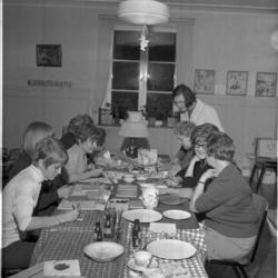 Porslinsmålning. Anna Persson sitter som trea från vänster.