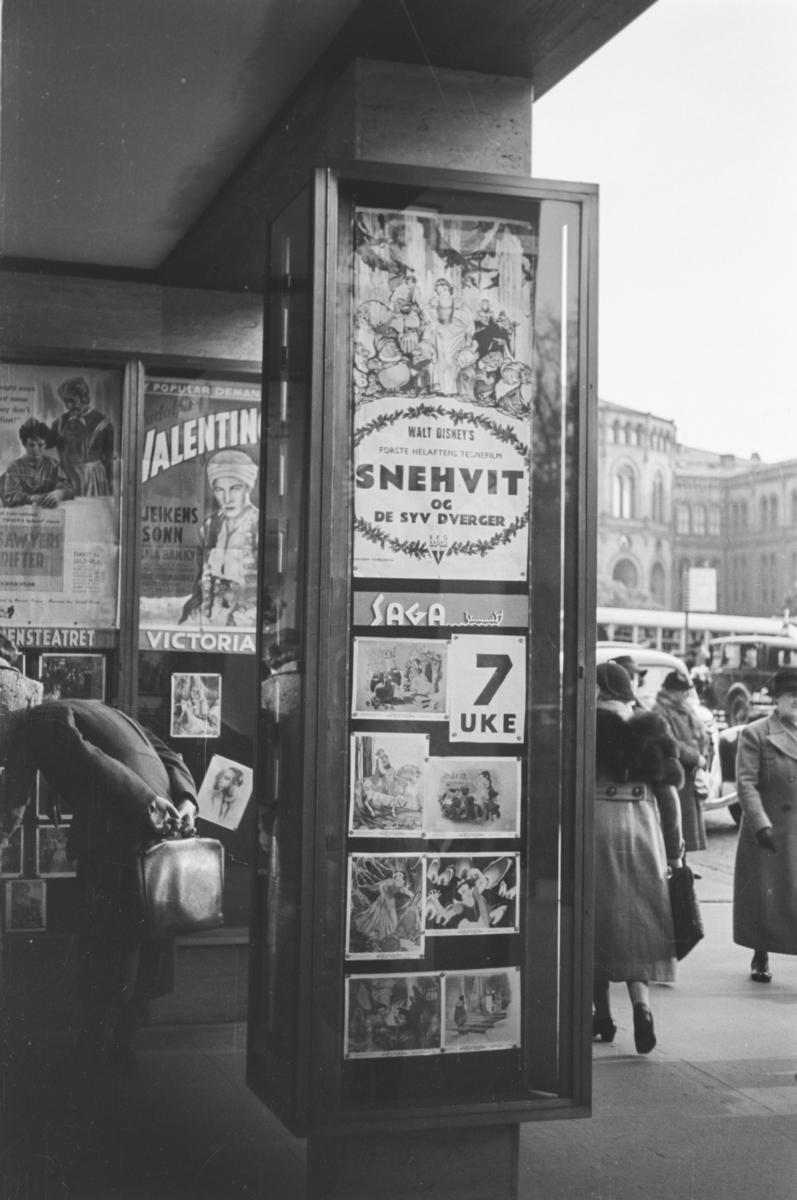 Victoria kino, diverse reklameplakater i inngangspartiet.