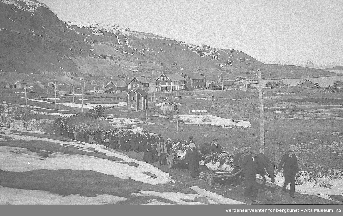 Begravelsesfølge på vei til kirken. Hest og vogn, kister, blomster, bygninger på Heitmannplanet og kopperverksområdet/gruvene i bakgrunnen, Haels/Hoels og Eventsens båre.