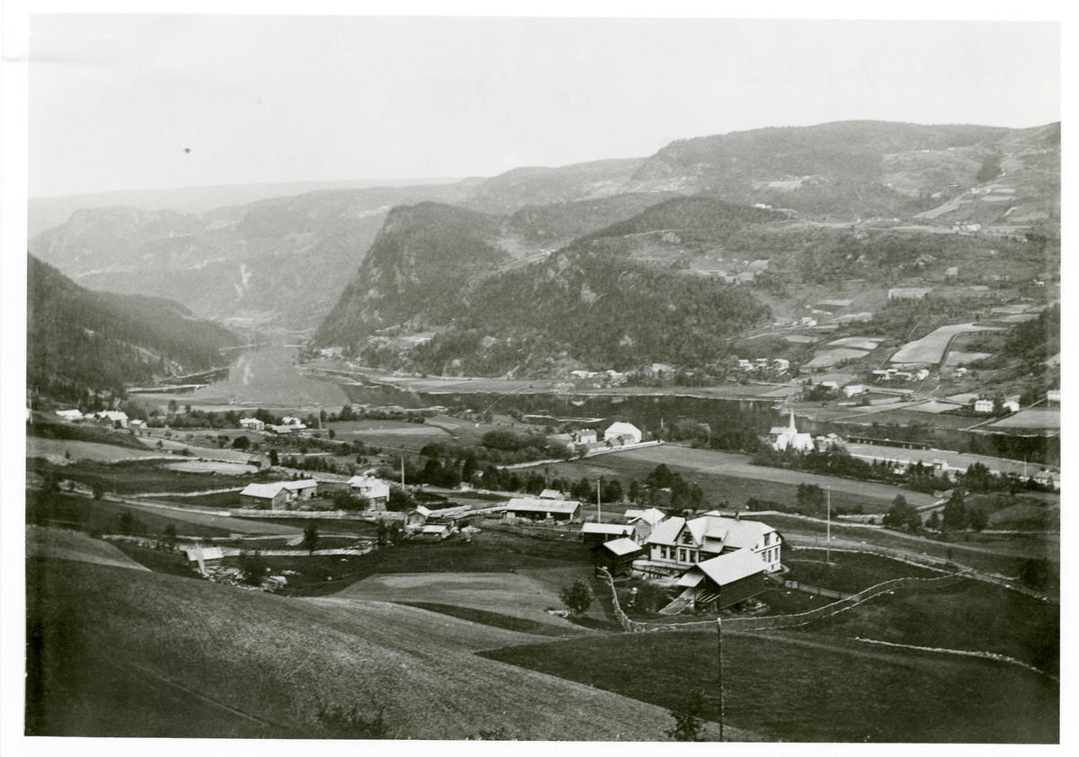 Utsikt over østre Bagn med kirka midt på og til høyre. Vestre Bagn er på andre sidea av elva.