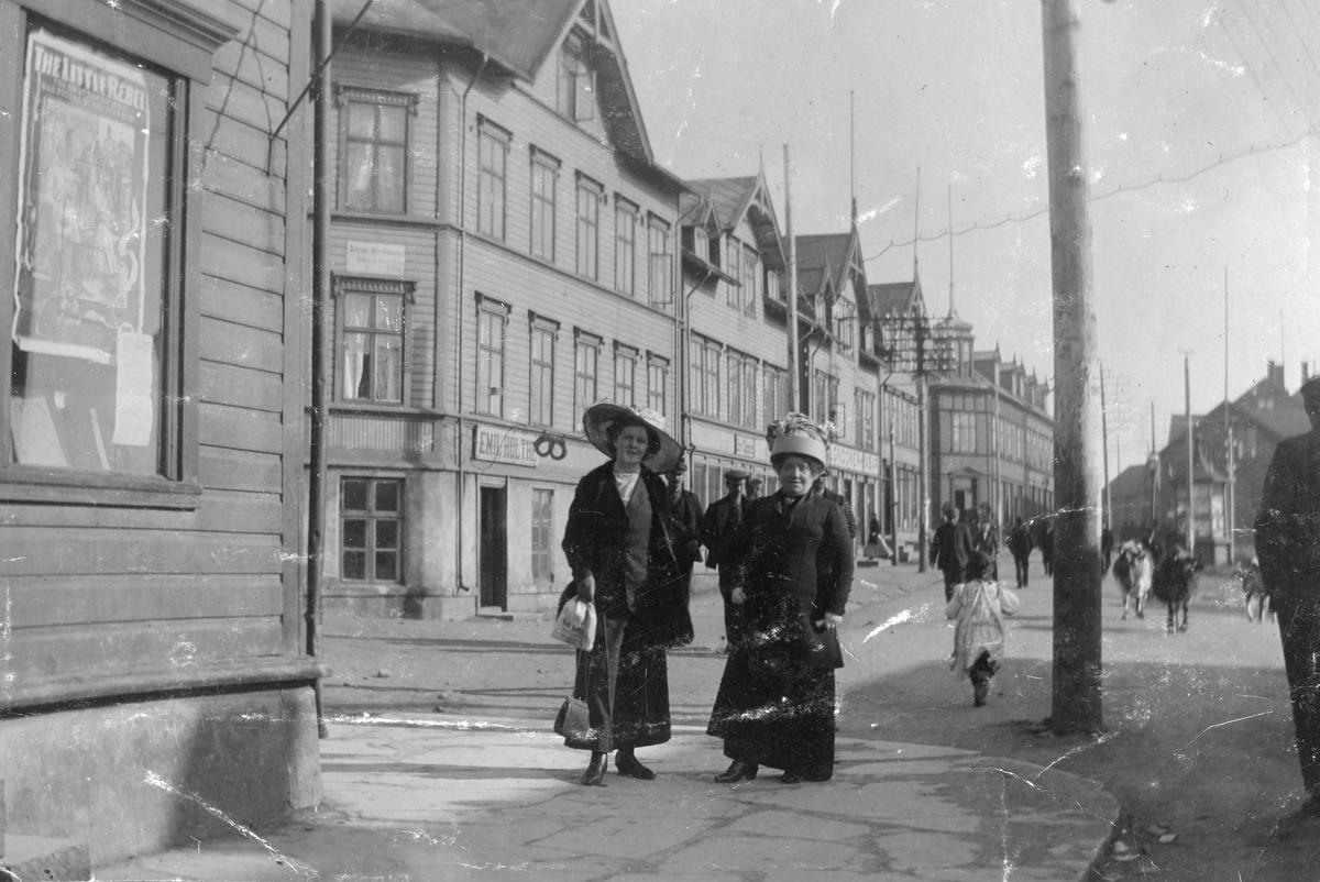 Fru Solveig Gran og Torgunn Gundersen i Strandgaten i Vardø, 1916. Vi ser Strandgaten mot syd.