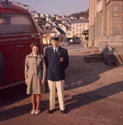 Far og datter ved en buss ved rutebilstasjonen i Egersund se