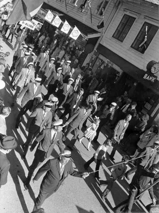 Storgaten, 17.mai 1973. Mannsangforeningen i Borgertoget.