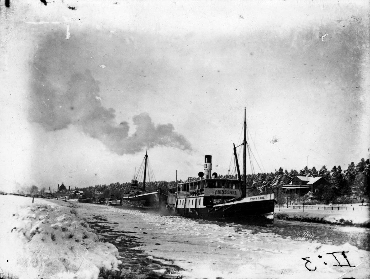 S/S Prins Carl, vinter 1910-tal. s/s Prins Carl på utgående från Köping och samtidigt agerar bogserbåt med pråmsläp. I bakgrunden Villa Utsikten. 1910-talet.