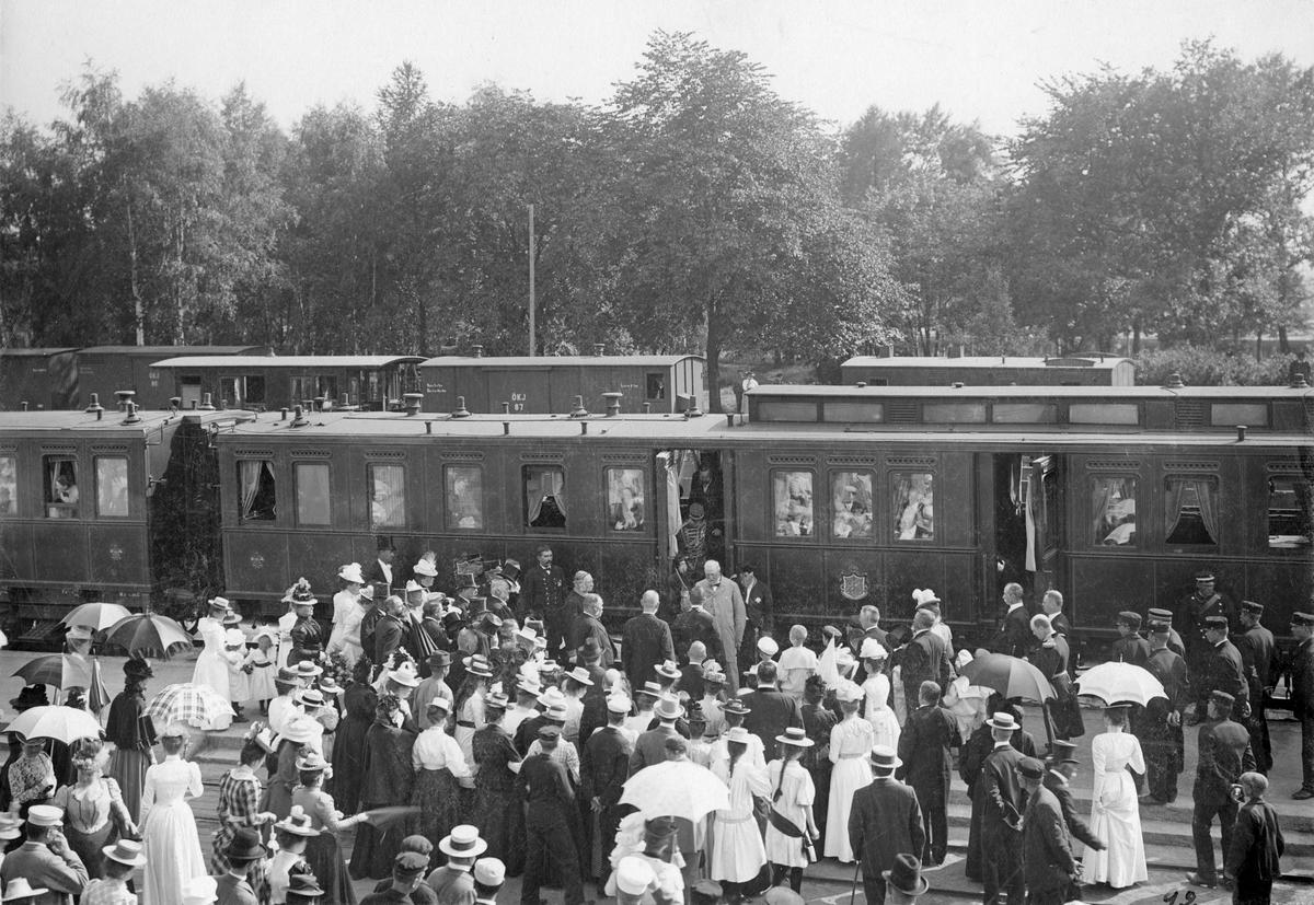 Kung Oscar II i Köping 1900.Vid stationen.