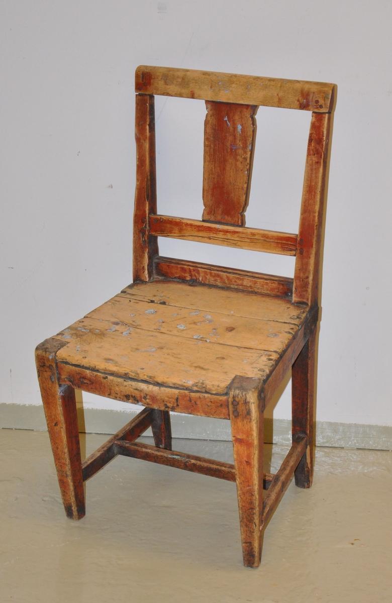 Stol av tre, uten armlener. Treverket ser ut til å ha vært oljet, men mye av oljen er slitt vekk. Delene er i utgangspunktet satt sammen med treplugger, men det er i senere tid satt inn spikere. Bak på stolen hvor ryggsøylen møter sitteplatene, er stolen belagt med jern for feste. Beinene har rektangulære sprosser. En plate på ryggsøylen er sveifet.