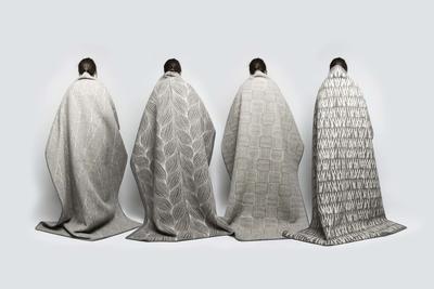 Kristine Five Melværs fire Naturpledd, designet for Røros Tweed. De fire pleddene, med ulike mønstre, henger over fire rygger