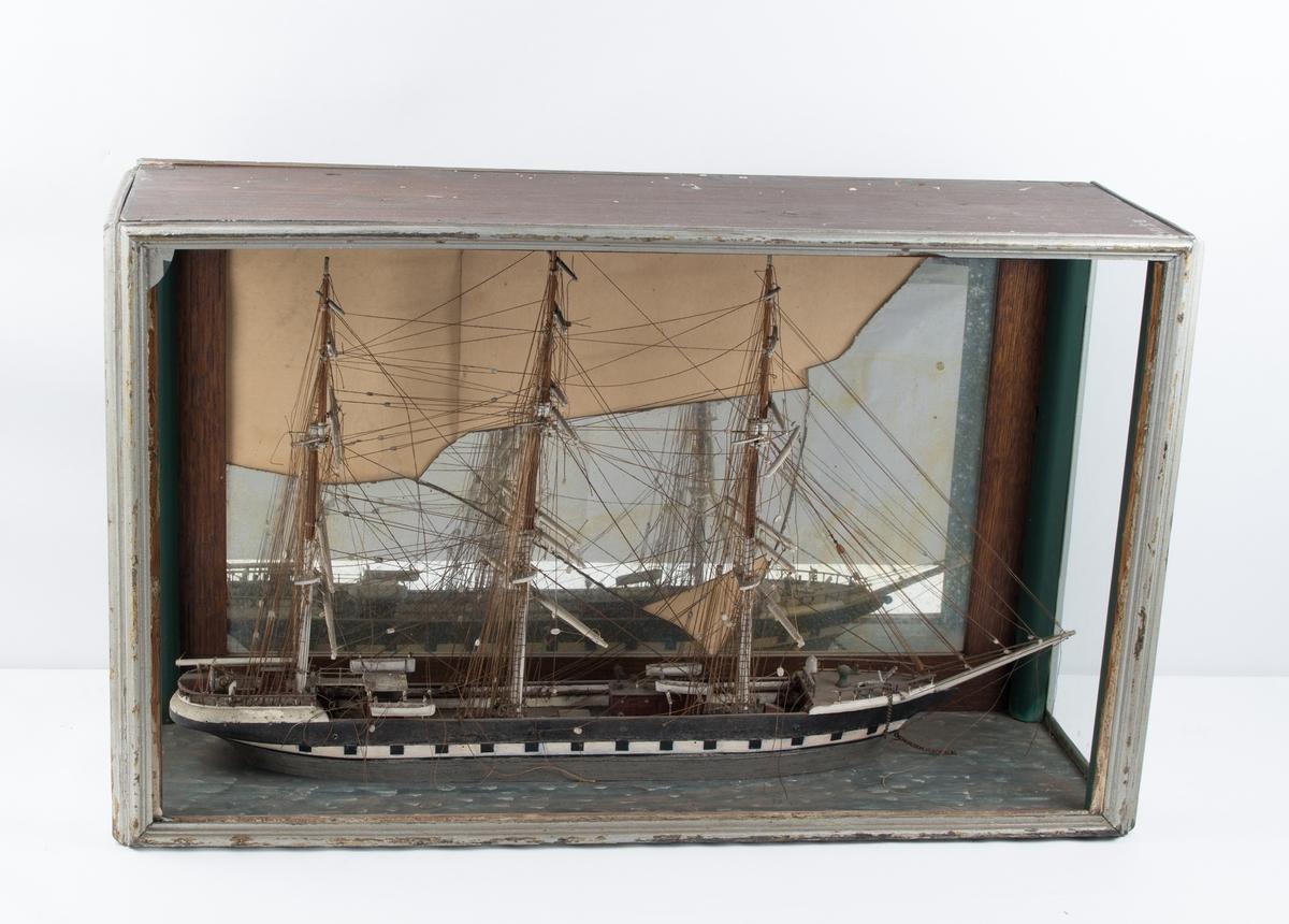 Sjømannsmodell av fullrigger i glasskasse.