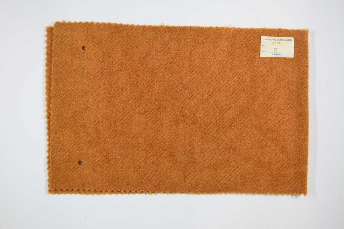 Tre stoffprøver klippet med sikksakk-saks. Middels tykke ensfargede stoff med kyperbinding/diagonalvevd i ulike farger. Brettet på midten slik at formatet blir likt prøvene som finnes i prøvebøker fra Sjølingstad. Alle har to runde hull for å bli/etter å ha vært stiftet til bok eller noe lignende. Stoffene er merket med en firkantet papirlapp, limt til stoffet, hvor stoffnummer er fylt ut for hånd i et trykket skjema.   Stoff nummer.: 99/4, 99/6, 99/7