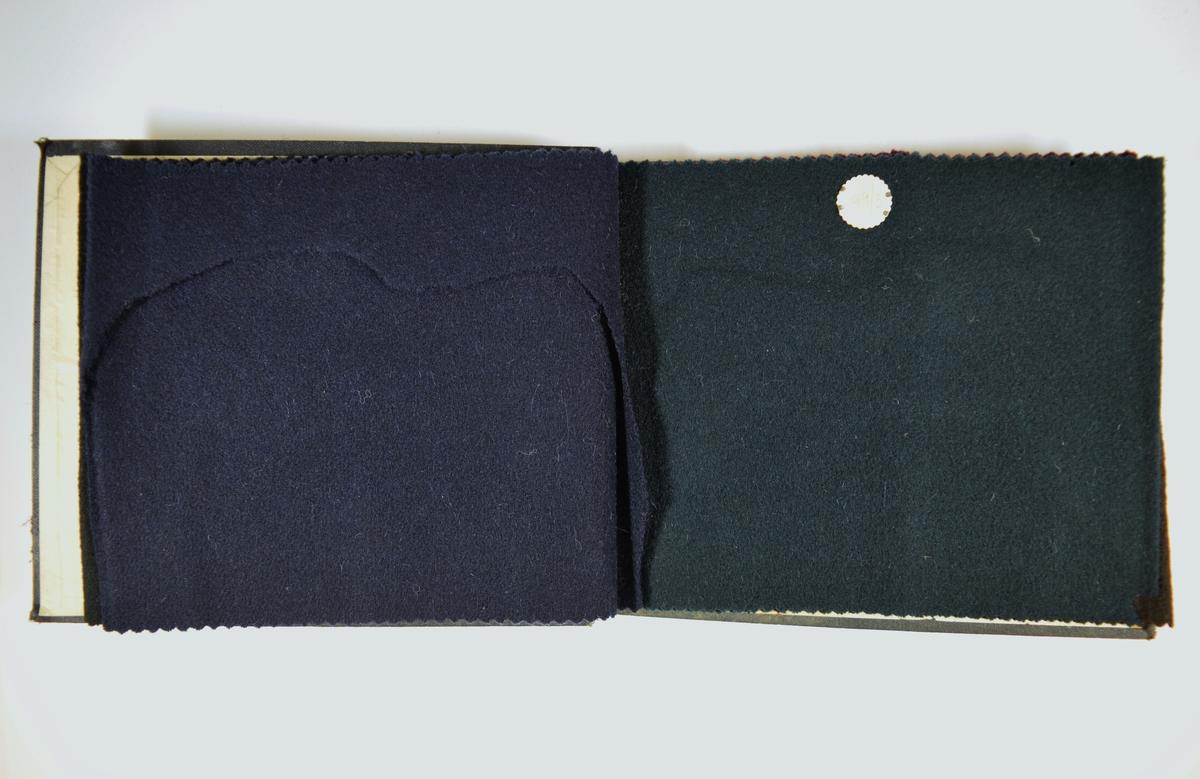 Prøvebok med 5 prøver. Middels tykke ensfargede stoff med ulike farger. Stoffene ligger brettet dobbelt slik at vranga dekkes. Alle stoffene, bortsett fra det første, er merket med en rund papirlapp, festet til stoffet med metallstift, hvor nummer er påført for hånd. Det første stoffet kan antas å ha stoffnummer 99/1.   Øvrige stoff nr.: 99/2, 99/3, 99/4, 99/5.