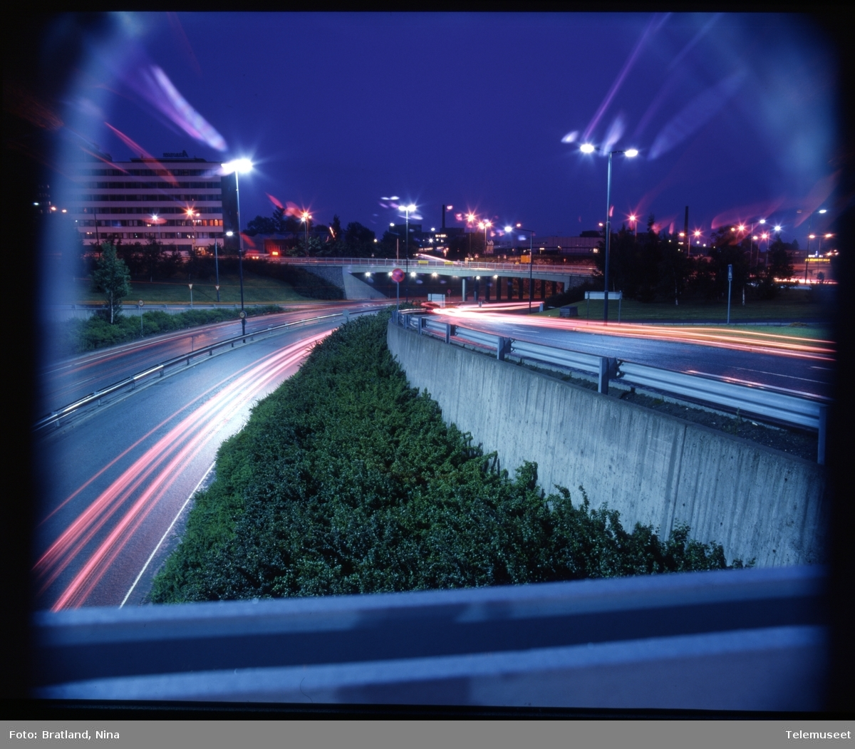 Trafikk og lys om natten reklamefoto Norsk Data